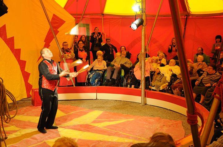 animation ehpad cirque blouses roses spectacle maison retraite personnes agees
